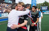 UTRECHT -  Klaas Vermeulen (A'dam) , die zijn laatste wedstrijd speelde op tophockey, met Erik Cornelissen (voorzitter KNHB), en links Erik Gerritsen (directeur KNHB),   de finale van de play-offs om de landtitel tussen de heren van Kampong en Amsterdam (3-1). rechts /Am1§2/    COPYRIGHT KOEN SUYK