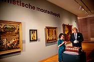 DORDRECHT - Koning Willem-Alexander opent de tentoonstelling 'Werk, bid en bewonder - Een nieuwe kijk op kunst en calvinisme'. Hij doet dit door een bijzondere Bijbel uit de Koninklijke Verzamelingen in een vitrine te plaatsen , tijdens de viering dat de Synode van Dordrecht 400 jaar geleden plaatsvond. ANP ROYAL IMAGES ROBIN UTRECHT **NETHERLANDS ONLY**
