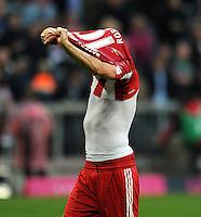 Fussball 1. Bundesliga :  Saison   2010/2011   32. Spieltag  30.04.2011 FC Bayern Muenchen - FC Schalke 04 Arjen Robben (FC Bayern Muenchen) zieht sein Trikot aus