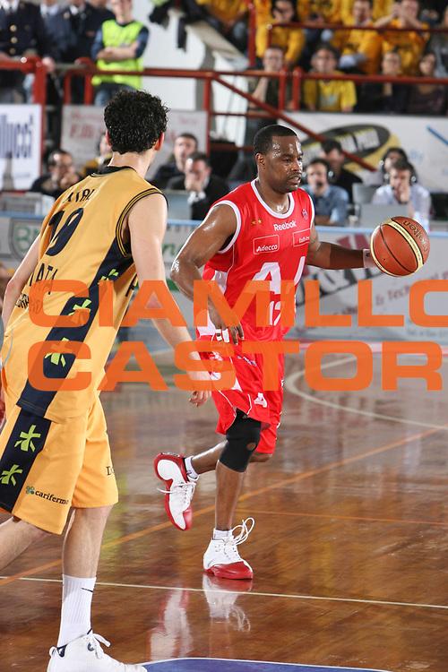 DESCRIZIONE : Porto San Giorgio Lega A1 2007-08 Playoff Quarti Di Finale Gara 3 Premiata Montegranaro Armani Jeans Milano <br /> GIOCATORE : Melvin Booker <br /> SQUADRA : Armani Jeans Milano <br /> EVENTO : Campionato Lega A1 2007-2008 <br /> GARA : Premiata Montegranaro Armani Jeans Milano <br /> DATA : 14/05/2008 <br /> CATEGORIA : Palleggio <br /> SPORT : Pallacanestro <br /> AUTORE : Agenzia Ciamillo-Castoria/G.Ciamillo