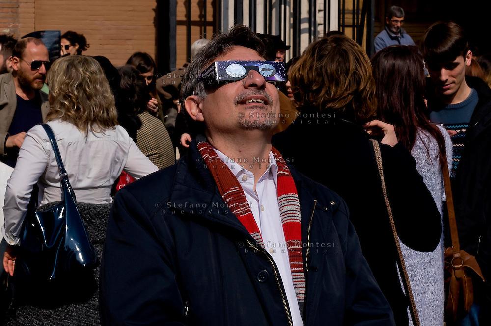Roma 20 Marzo 2015<br /> Eclissi solare parziale al quartiere San Lorenzo. La gente si riunita questa mattina in Piazza Immacolata, per osservare  l'eclissi solare parziale.<br /> <br /> Rome March 20, 2015<br /> Partial solar eclipse. People gather this morning in Piazza Immacolata, District San Lorenzo, to get a rare glimpse of the solar eclipse.<br /> .