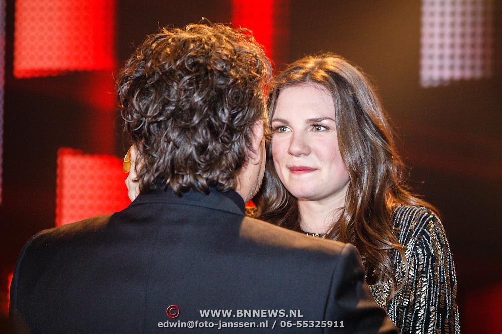 NLD/Hilversum/20160129 - Finale The Voice of Holland 2016, Winnares Maan met haar coach Marco Borsato