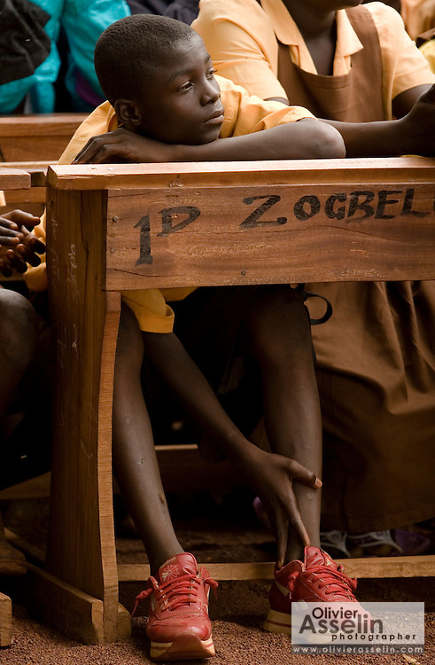 Students are gathered to watch a sketch on HIV/AIDS awareness at the Zogbeli Junior Secondary School in Tamale, Ghana on Thursday June 7, 2007.