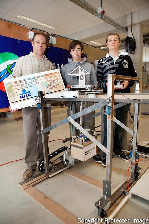 357482-studenten winnen prijs met hun GIPwerk-Jan Van Weert (leerkracht), Bram Peeters en Nick Vlaeymans-Githo Nijlen