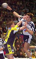 Håndball: 16.04.2001 Frankfurt, Deutschland,<br />1.Handball Bundesliga, SG Wallau-Massenheim - VfL Bad Schwartau, Wallaus Steffen Weber gegen Bad Schwartaus Jonny Jensen.<br /><br />Foto: Digitalsport