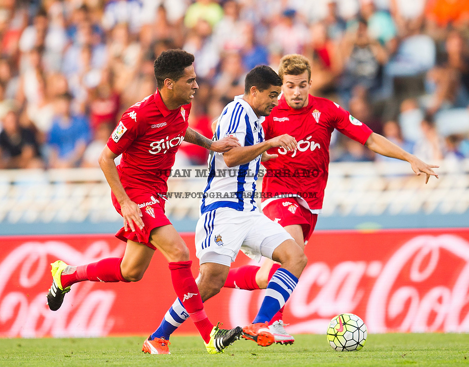 SAN SEBASTIAN, SPAIN - AUGUST 29:  Chory Castro of Real Sociedad de Futbol duels for the ball with Juan Muniz of Sporting Gijon during the La Liga match between Real Sociedad de Futbol and Sporting Gijon at Estadio Anoeta on August 29, 2015 in San Sebastian, Spain.  (Photo by Juan Manuel Serrano Arce/Getty Images)