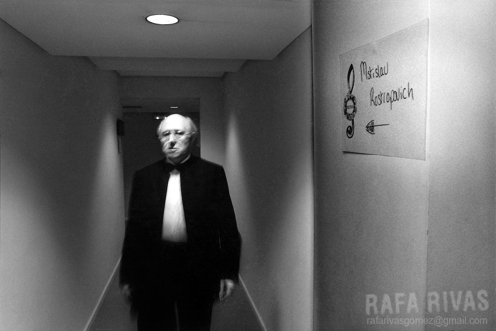 Russian cellist Mstislav Rostropovich walking backstage prior to playing in Santander, north of Spain, on August 13, 1995. Photo Rafa RIVAS