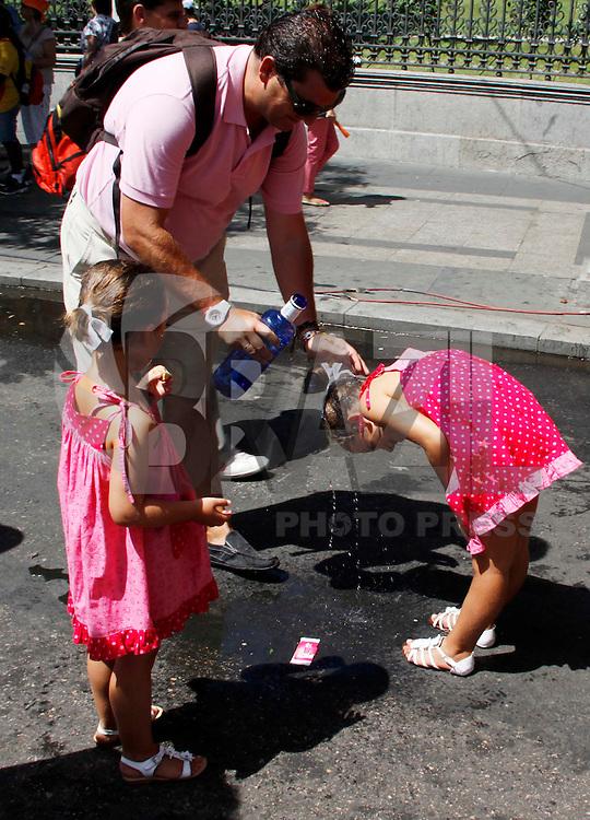 MADRID, ESPANHA, 19 DE AGOSTO 2011 - JORNADA MUNDIAL DA JUVENTUDE - Movimentacao de peregrinos que concentram-se na Praça Cibeles, na cidade de Madrid na Espanha durante a Jornada Mundial da Juventude nessa sexta-feira (19). FOTO: WILLIAM VOLCOV - NEWS FREE.