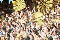 Jubel på tribunen. Lillestrøm-supporterne feirer. Lillestrøm - Vålerenga 4-1. Tippeligaen 1999. 16. juni 1999. (Foto: Peter Tubaas)