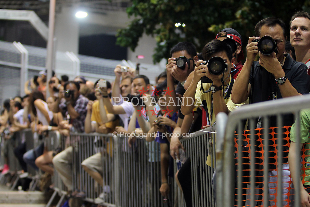 Motorsports / Formula 1: World Championship 2010, GP of Singapore, fans with cameras