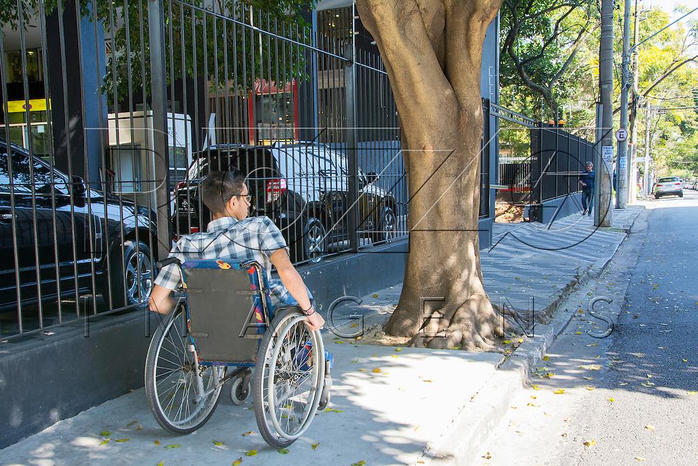 Árvore dificultando passagem de cadeirante, São Paulo - SP, 07/2016.