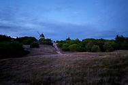 De duinen met molen tijdens zonsondergang op Île de Noirmoutier, Vendée, Frankrijk  - Dunes with mill during sunset on Île de Noirmoutier, Vendée, France