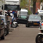 Begrafenis Pim Fortuyn, premier Wim Kok verlaat kerk achterzijde