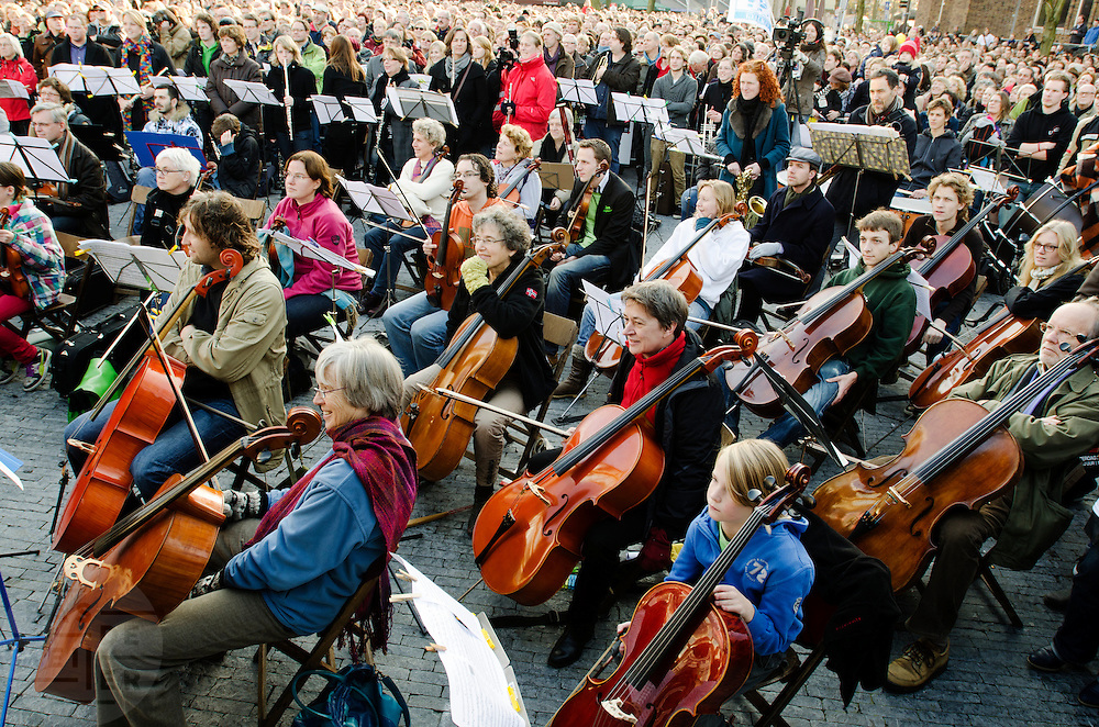 Op de Neude in Utrecht schreeuwen mensen om cultuur. Samen met een orkest wordt een speciale uitvoering van de 9e symfonie van Beethoven gezongen. Met de actie word aandacht gevraagd op de bezuinigingen op kunst en cultuur door het kabinet. <br /> <br /> On the Neude in Utrecht people are yelling for culture. Together with an orchestra a special version of the 9th symphony of Beethoven is being sung. With the demonstration people are asking the government to rethink their plans on cutbacks on culture and art.