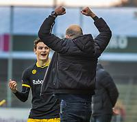 AMSTELVEEN -  Vreugde bij coach Eric Verboom (Den Bosch) en speler Tijmen Reijenga (Den Bosch) na het laatste fluitsignaal bij  de competitie hoofdklasse hockeywedstrijd mannen, Amsterdam- Den Bosch (2-3).    COPYRIGHT KOEN SUYK