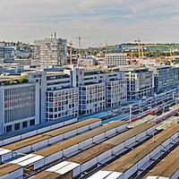 Blick vom Bahnhofsturm auf das Gleisbett des Kopfbahnhofs, Europaviertel und Killesberg