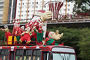 FOTO MARCELO D'SANTS/FRAME - Desde a manha desta quinta-feira um  Papai Noel gigante com 8 ajudantes e em um onibus tematico estão em expozição no canteiro central da Avenida 23 de Maio proximo a Rua Ranom Penharibeiro em SP 12-12-2013 -