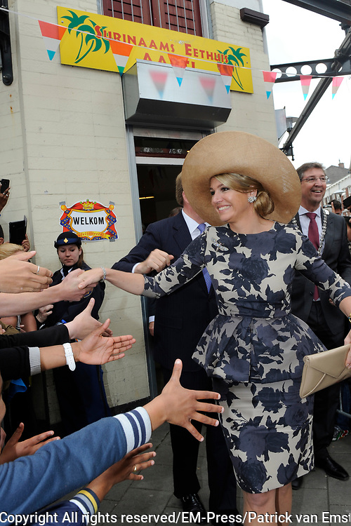 Koning Willem Alexander en Koningin Maxima op provinciebezoek in Utrecht.<br /> <br /> King Willem Alexander and Queen Maxima visit the province of  Utrecht<br /> <br /> Op de foto: Koning Willem Alexander en Koningin Maxima op bezoek in de multiculturele wijk Lombok, Utrecht waar Bij restaurant Aarti (halverwege de route) worden de eigenaren, de Heer en Mevrouw Maggan voorgesteld, die 25 jaar geleden dit Surinaamse eethuis zijn begonnen.<br /> <br /> King Willem Alexander and Maxima Queen visited in the multicultural district of Lombok, Utrecht where Aarti at restaurant (half way) the owners, Mr. and Mrs. Maggan proposed that 25 years ago this Surinamese restaurant started.