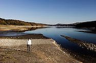 Viggiano, Italia - Una veduta del lago del Pertusillo nei pressi del paese di Viggiano in Basilicata. Il lago (artificiale) &egrave; al centro di molte polemiche. Secondo gli ambientalisti il bacino sarebbe inquinato dagli idrocarburi derivanti dall'estrazione del petrolio in Val d'Agri ma una recentissima analisi fornita dall'ARPAB (Azienda Regionale Protezione Ambinete Basilicata) ha accertato che il Petrusillo &egrave; si inquinato, ma non a causa degli idrocarburi. Questa analisi avrebbe dunque scagionato l'Eni.<br /> Ph. Roberto Salomone