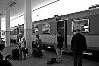 passeggeri in attesa sulla banchina. Reportage che analizza le situazioni che si incontrano durante un viaggio lungo le linee ferroviarie delle Ferrovie Sud Est nel Salento.