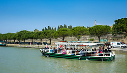 A boat full of tourists on the Canal du Midi in Carcassonne, France<br /> <br /> (c) Andrew Wilson | Edinburgh Elite media