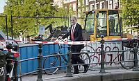 Nederland. Amsterdam, 23 mei 2010.<br /> JOB COHEN ARRIVEERT PER FIETS BIJ DE RODE HOED OP DE KEIZERSGRACHT.<br /> Mark Rutte, Geert Wilders, Job Cohen en Jan Peter Balkenende ontmoeten elkaar tijdens het verkiezingsdebat op RTL4. Het debat vindt plaats in De Rode Hoed in Amsterdam. politiek; debat; campagne; lijsttrekkers; politici, premierskandidaten, premiersdebat<br /> Foto Martijn Beekman