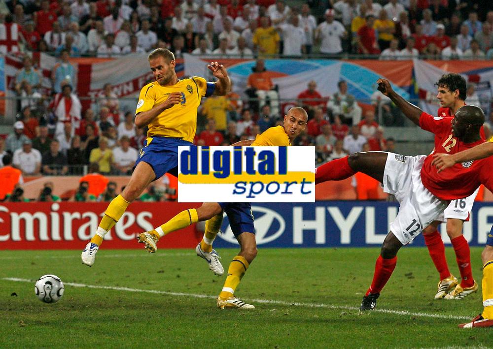 Photo: Glyn Thomas.<br />Sweden v England. FIFA World Cup 2006. 20/06/2006.<br /> Sweden's Henrik Larsson (C) equalises for the second time.