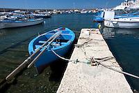 Barca a remi ormeggiata nel porto di Gallipoli (LE)