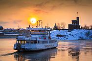 Djurgårdsfärjan is och snö vinter vid Djurgården i Stockholm