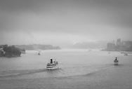 Fartyg i dis Stockholms inlopp vid Djurgården i svartvitt