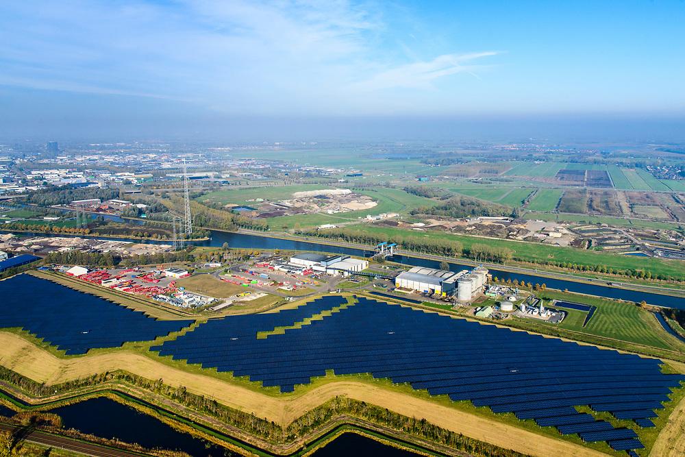 Nederland, Groningen, Gemeente Groningen, 04-11-2018; Zonnepark Woldjerspoor, voormalige vuilstort.<br /> Solar park Woldjerspoor, former landfill<br /> <br /> luchtfoto (toeslag op standaard tarieven);<br /> aerial photo (additional fee required);<br /> copyright © foto/photo Siebe Swart