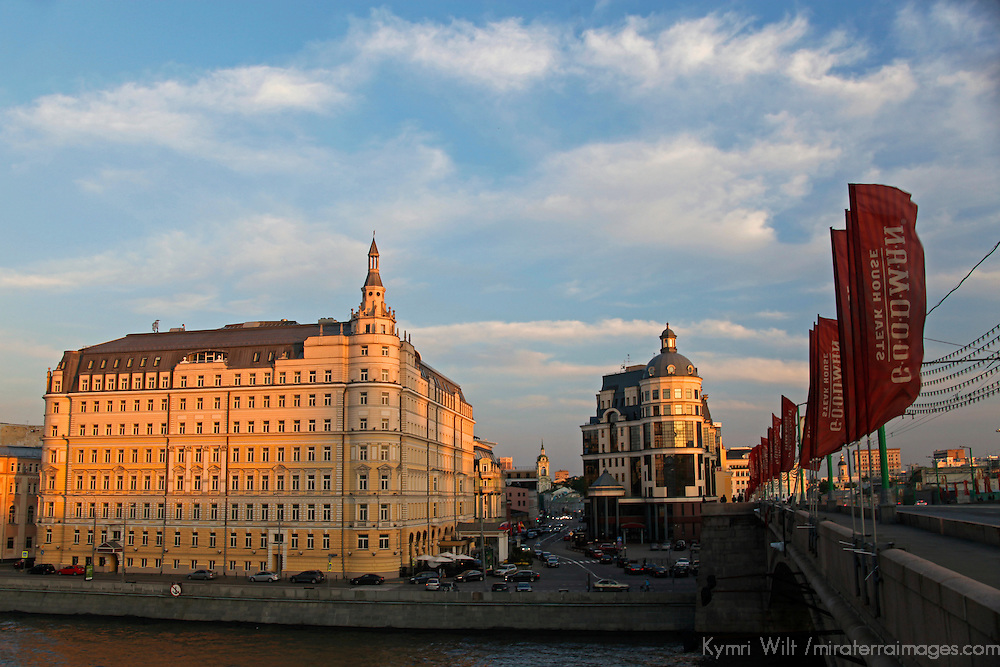 Europe, Russia, Moscow. Baltschug Kempinsky Hotel and bridge o Moskva River.