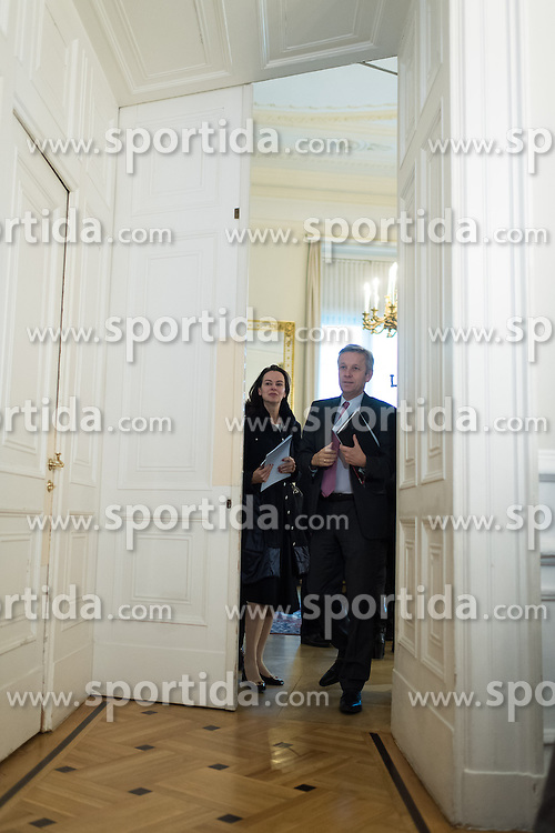 24.01.2017, Bundeskanzleramt, Wien, AUT, Bundesregierung, Sitzung des Ministerrats, im Bild v.l.n.r. Ministerin für Familie Sophie Karmasin (ÖVP) und ÖVP Klubobmann Reinhold Lopatka // f.l.t.r. Austrian Minister for Family Affairs Sophie Karmasin and Leader of the Parliamentary Group OeVP Reinhold Lopatka before cabinet meeting at Federal Chancellors Office in Vienna, Austria on 2017/01/24 EXPA Pictures © 2017, PhotoCredit: EXPA/ Michael Gruber