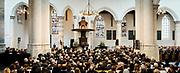 De koninklijke familie en tal van vrienden, bekenden en collega's van prins Friso zijn samengekomen in de Oude Kerk in Delft om de op 12 augustus overleden prins Friso te herdenken. <br /> <br /> The royal family and many friends, acquaintances and colleagues of Prince Friso are in the Old Church in Delft to commemorate the Prince who past away on August 12 2013.<br /> <br /> Op de foto / On the photo:   De dienst met een toespraak van Koning Willem Alexander / Service with a speech by King Willem Alexander