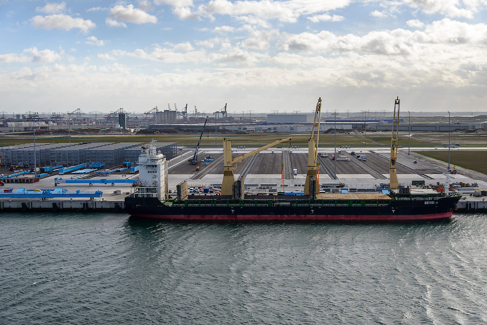 Nederland, Zuid-Holland, Rotterdam, 23-10-2013;Tweede Maasvlakte (MV2) met Prinses Amaliahaven. Aanleg APM Terminals (Maersk Line). Het schip voor de kade heeft zijn eigen kranen, onderdelen van de kranen voor de terminal worden gelost.<br /> New Maasvlakte (MV2), new harbour area Port of Rotterdam, artificial land.<br /> luchtfoto (toeslag op standard tarieven);<br /> aerial photo (additional fee required);<br /> copyright foto/photo Siebe Swart