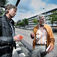 Nederland, Amsterdam, 18 juni 2014.<br /> schrijver Kees van Beijnum en oud rechercheur Kees Hageman.<br /> Kees van Beijnum heeft een boek geschreven over een geruchtmakende moordzaak uit 1989 <br /> in het flatgebouw aan de Banne Buikslootlaan 50 in Amsterdam Noord. (zie foto achtergrond)<br /> Hageman was de rechercheur destijds. <br /> <br /> Foto:Jean-Pierre Jans