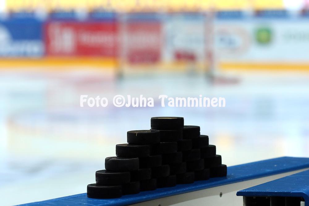 18.12.2015, Hakamets&auml;n halli, Tampere.<br /> J&auml;&auml;kiekon SM-liiga 2015-16. Ilves - HIFK.<br /> Kiekkopino kaukalon laidan p&auml;&auml;ll&auml; odottamassa alkul&auml;mmittelyyn tulevia pelaajia.
