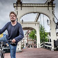Nederland, Amsterdam, 10 juli 2016.<br /> Jorrit Kleijnen van HAEVN.<br /> Haevn is een Nederlands electrodance-popduo, door popkenners eind 2015 bestempeld als &eacute;&eacute;n van de poptalenten voor 2016. De band bestaat uit (film)componist Jorrit Kleijnen en zanger/singer-songwriter Marijn van der Meer<br /> Op de foto: Jorrit fietsend vanuit zijn studio naar huis over de Magere brug vlakbij Carr&eacute;.<br /> <br /> <br /> Foto: Jean-Pierre Jans