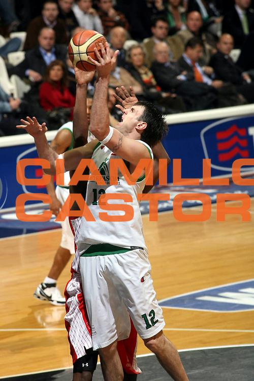 DESCRIZIONE : Bologna Final Eight 2008 Quarti di Finale Montepaschi Siena Scavolini Spar Pesaro <br />GIOCATORE : Ksistof Lavrinovic<br />SQUADRA : Montepaschi Siena <br />EVENTO : Tim Cup Basket For Life Coppa Italia Final Eight 2008 <br />GARA : Montepaschi Siena Scavolini Spar Pesaro <br />DATA : 07/02/2008 <br />CATEGORIA : Tiro <br />SPORT : Pallacanestro <br />AUTORE : Agenzia Ciamillo-Castoria/G.Ciamillo