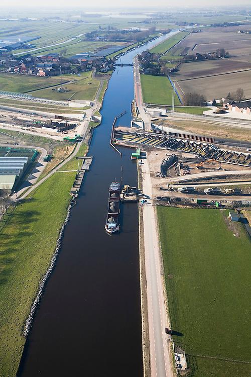 Nederland, Zuid-Holland, Noord-Holland, 11-02-2008; Ringvaart Haarlemmermeer, Huigsloterdijk: aanleg nieuw aquaduct voor de te verbreden Rijksweg A4; dit nieuwe aqua-duct komt parallell aan de bestaande aquaducten voor A4 en HSL; de infrastructuur bundel gezien in westelijke richting transport, infrastructuur, verkeer en vervoer, mobiliteit, hogesnelheidslijn, spoor, rail, HSL, TGV, planologie ruimtelijke ordening, landschap.  .luchtfoto (toeslag); aerial photo (additional fee required); .foto Siebe Swart / photo Siebe Swart
