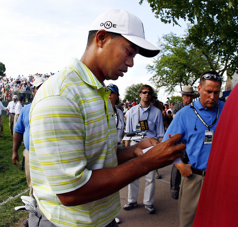 Tiger Woods of the US fills out his scorecard as he walks off the eighteenth hole with a round of 76 (+6) during the first day of the US Open Golf Championship at Winged Foot Golf Club in Mamaroneck, New York Thursday, 15 June 2006.