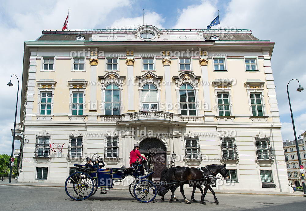 THEMENBILD - Fiaker vor dem österreichischen Bundeskanzleramt. Aufgenommen am 10.05.2016 in Wien, Österreich // A Fiaker horse carriage in front of the Austrian Federal Chancellery in Vienna. Austria on 2016/05/10. EXPA Pictures © 2016, PhotoCredit: EXPA/ Michael Gruber