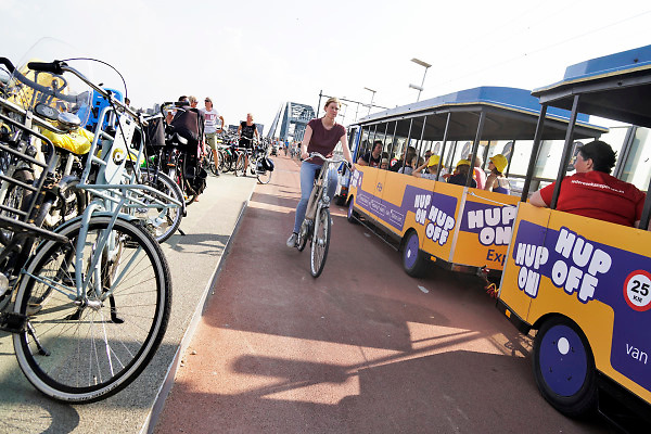 Nederland, Nijmegen, 17-7-2018Een toeristentreintje onderhoud een dienst tussen het centraal station en station Lent tijdens de vierdaagsefeesten, zomerfeesten .. Het stopt ook op de fietsbrug de snelbinder ter hoogte van festival op het eiland .Foto: Flip Franssen