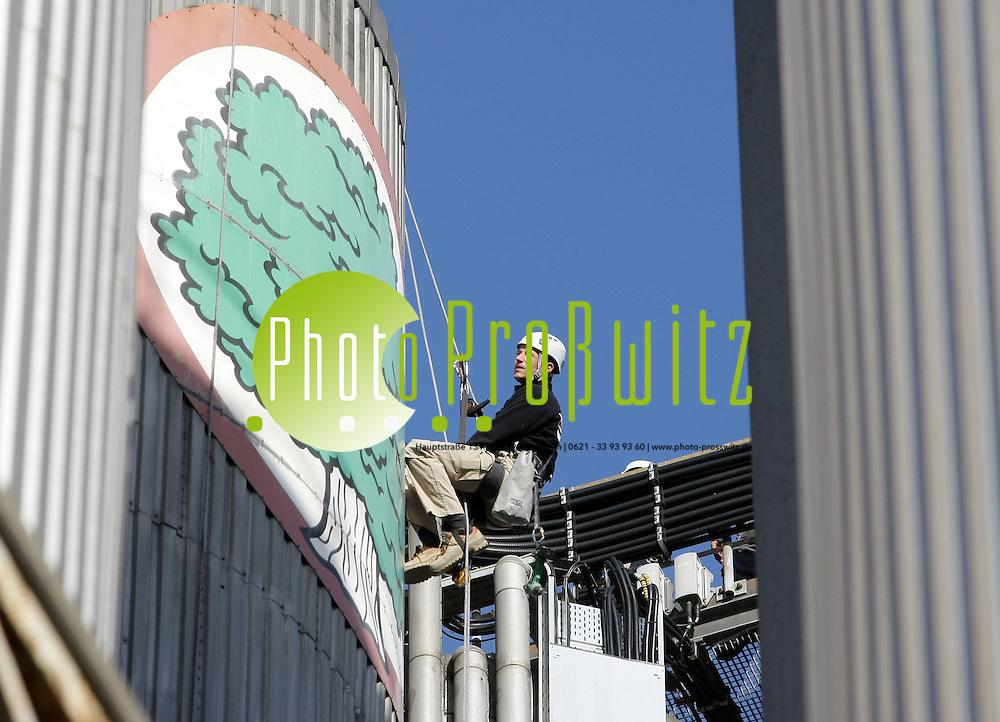 Mannheim. Eichbaum Brauerei. An den fast 40 Meter hohen K&uuml;hlsilos der Brauerei wird ein neues Logo angebracht. Es ersetzt das alte, &uuml;ber 30 Jahre alte Blechschild an der Aluminiumwand. Industriekletterer nieten die neuen Schilder, mit einem Durchmesser von 3 Meter, in luftiger H&ouml;he an die Aussenwand der T&uuml;rme. (MLO)<br /> <br /> Bild: Markus Pro&szlig;witz<br /> ++++ Archivbilder und weitere Motive finden Sie auch in unserem OnlineArchiv. www.masterpress.org ++++