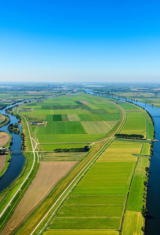 Nederland, Noord-Brabant, Gemeente Waspik, 23-08-2016; Overdiepsche polder: in het kader van het programma 'Ruimte voor de Rivier' (bescherming tegen hoogwater door rivierverruiming), is de dijk langs de Bergsche Maas (rechts in beeld) verlaagd. Bij hoogwater kan de Overdiepse polder overstromen. De boerderijen in de polder zijn gesloopt en verplaatst naar de dijk van het Oude Maasje. De nieuwe boerderijen met bijgebouwen staan op terpen.<br /> Depoldering of Overdiep Polder, farms are relocated and built on mounds. This makes it possible for the river to overflow the polder in case of heigh waters.<br /> luchtfoto (toeslag op standard tarieven);<br /> aerial photo (additional fee required);<br /> copyright foto/photo Siebe Swart
