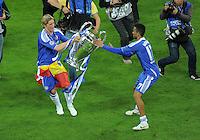 FUSSBALL   SAISON 2011/2012   CHAMPIONS LEAGUE FINALE FC Bayern Muenchen - FC Chelsea  19.05.2012 Fernando Torres (li) und Jose Bosingwa (re, beide FC Chelsea) mit den Champions League Pokal