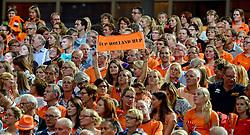 28-09-2015 NED: Volleyball European Championship Nederland - Italie, Apeldoorn<br /> Nederland verslaat Italie met klinkende cijfers 3-0 / Publiek, support, vlag, spandoek Oranje