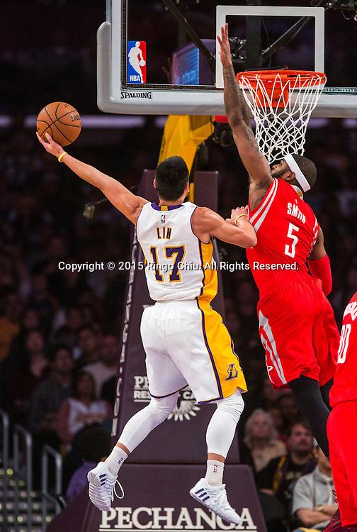 1月25日,洛杉磯湖人隊後衛林書豪(17) 在比賽中上籃。當日,在2014-2015賽季NBA常規賽中,洛杉磯湖人隊主場以87比99不敵休斯頓火箭。(新華社發 趙漢榮攝)<br /> Los Angeles Lakers guard Jeremy Lin (17) goes up  against Houston Rockets forward Josh Smith (5) during their NBA game at Staples Center in Los Angeles, California on January 25, 2015 . Rockets defeated Lakers 99-87. (Xinhua/Zhao Hanrong)<br /> Photo by Ringo Chiu/PHOTOFORMULA.com)