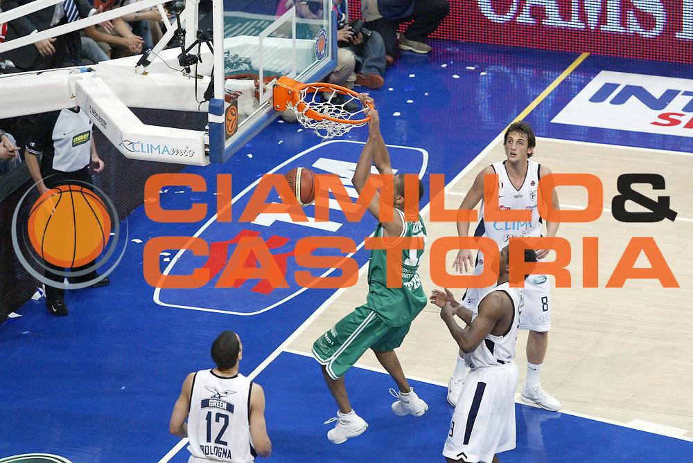 DESCRIZIONE : Bologna Lega A1 2005-06 Play Off Finale Gara 3 Climamio Fortitudo Bologna Benetton Treviso <br /> GIOCATORE : Nicholas<br /> SQUADRA : Benetton Treviso <br /> EVENTO : Campionato Lega A1 2005-2006 Play Off Finale Gara 3 <br /> GARA : Climamio Fortitudo Bologna Benetton Treviso <br /> DATA : 18/06/2006 <br /> CATEGORIA : Schiacciata<br /> SPORT : Pallacanestro <br /> AUTORE : Agenzia Ciamillo-Castoria/E.Pozzo