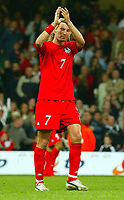 Fotball<br /> VM-kvalifisering<br /> Wales v Polen<br /> 13.10.2004<br /> Foto: BPI/Digitalsport<br /> NORWAY ONLY<br /> <br /> Wales v Poland. FIFA World Cup European Qualifying Group Six. Millenium Stadium. 13/10/2004.<br /> <br /> A dejected Robbie Savage applauds the crowd before heading down the tunnel after the 3-2 defeat